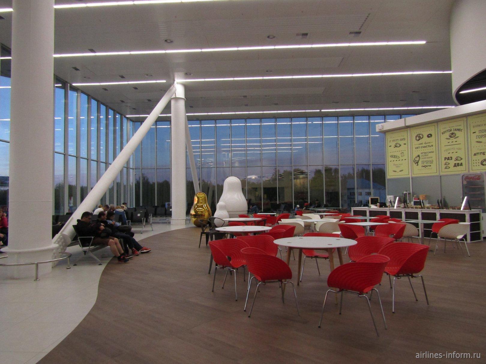 Нижегородские матрешки и кафе на втором этаже аэровокзала аэропорта Стригино