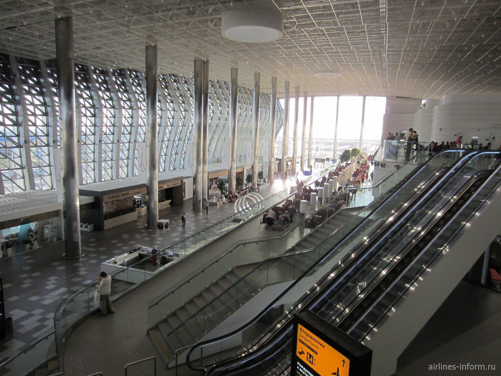 Общий вид пассажирского терминала аэропорта Симферополь с 3-го этажа