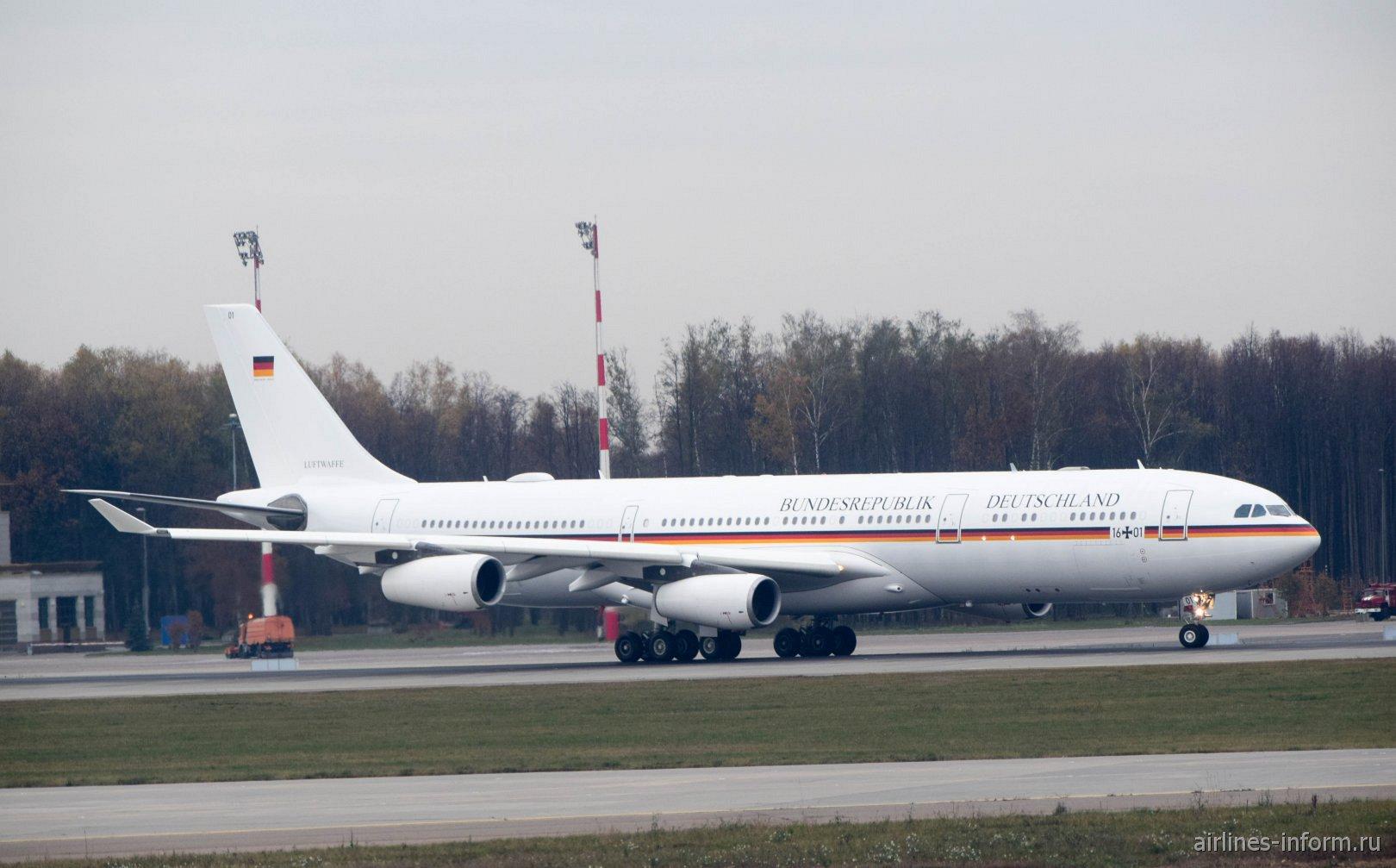 Airbus A340-300 правительственного авиаотряда Германии в аэропорту Внуково