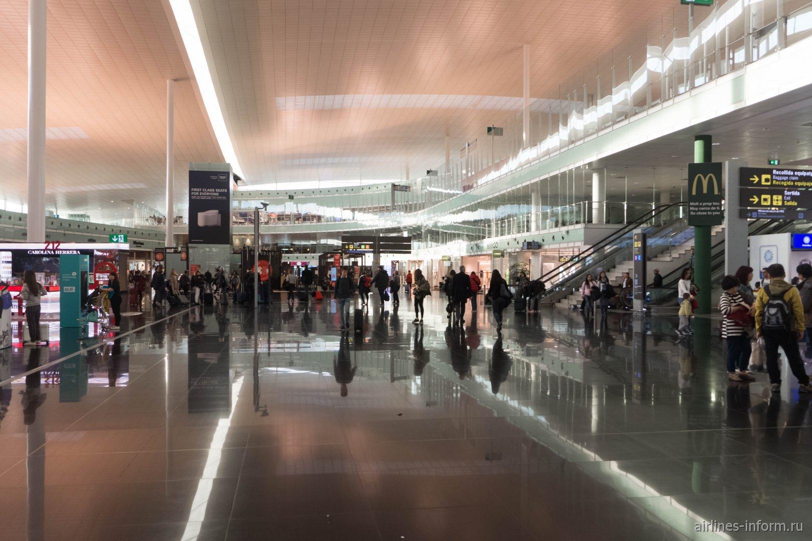 В чистой зоне терминала T1 аэропорта Барселона Эль-Прат