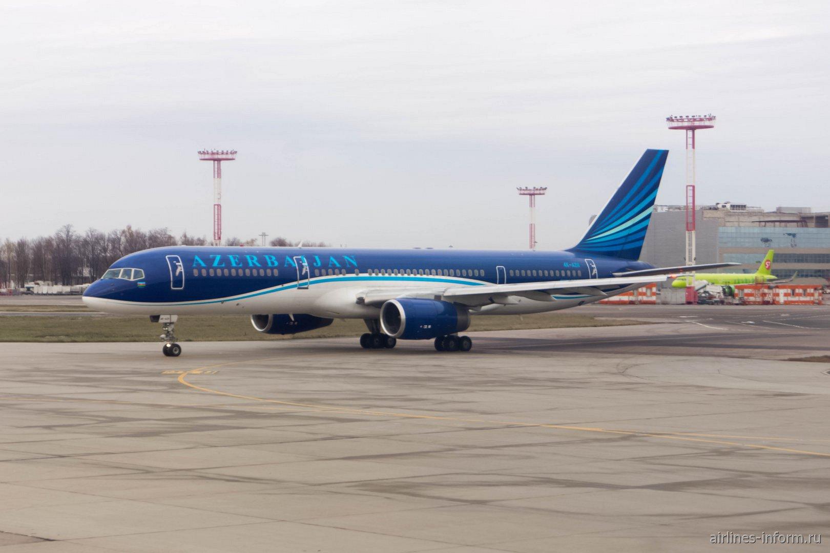 Боинг-757-200 авиакомпании AZAL в аэропорту Домодедово