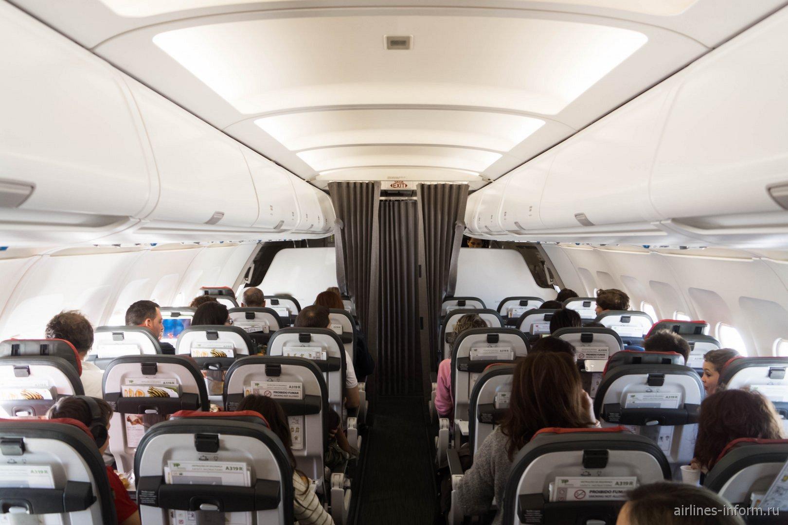 Пассажирский салон в самолете Airbus A319 авиакомпании TAP Portugal