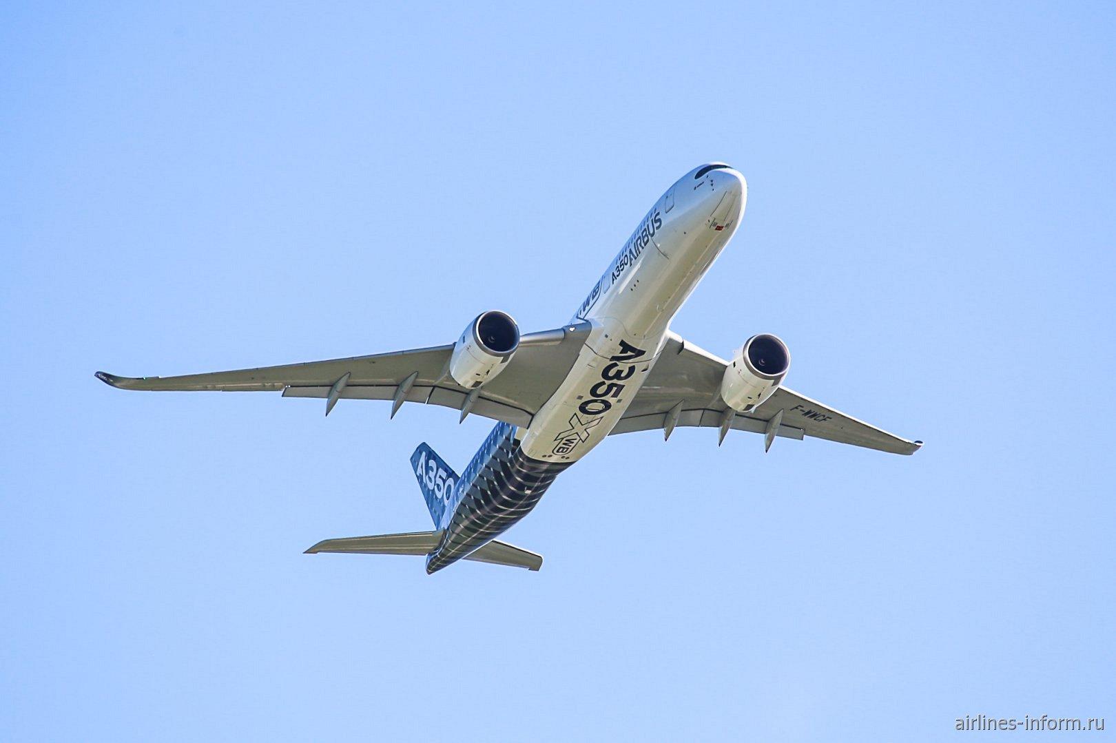 Airbus A350XWB в полете во время авиашоу МАКС-2019