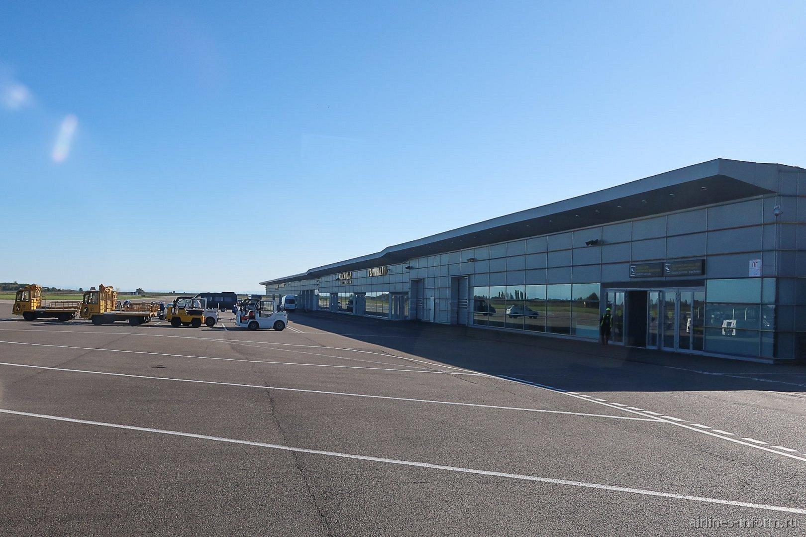 Вид с перрона на пассажирский терминал аэропорта Краснодар