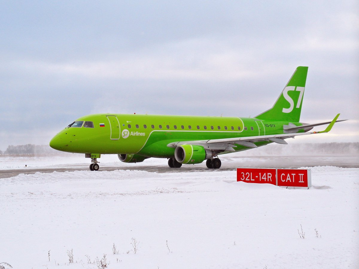Самолет Embraer 170 S7 Airlines в аэропорту Уфа