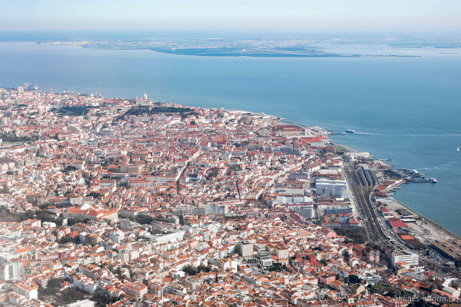 Исторический центр города Лиссабон - вид из самолета перед посадкой