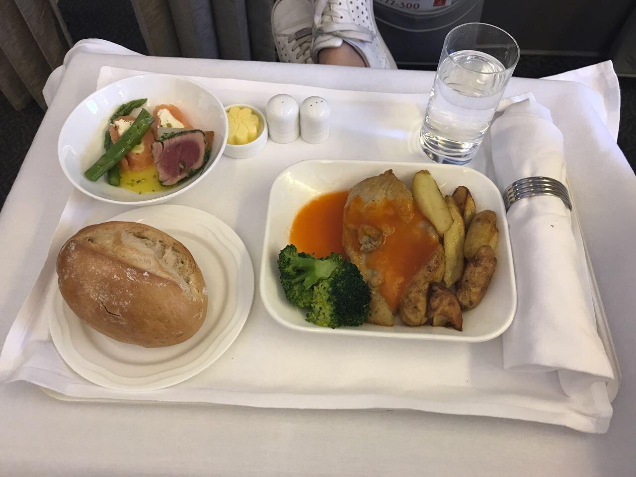 Завтрак в бизнес-классе авиакомпании Emirates