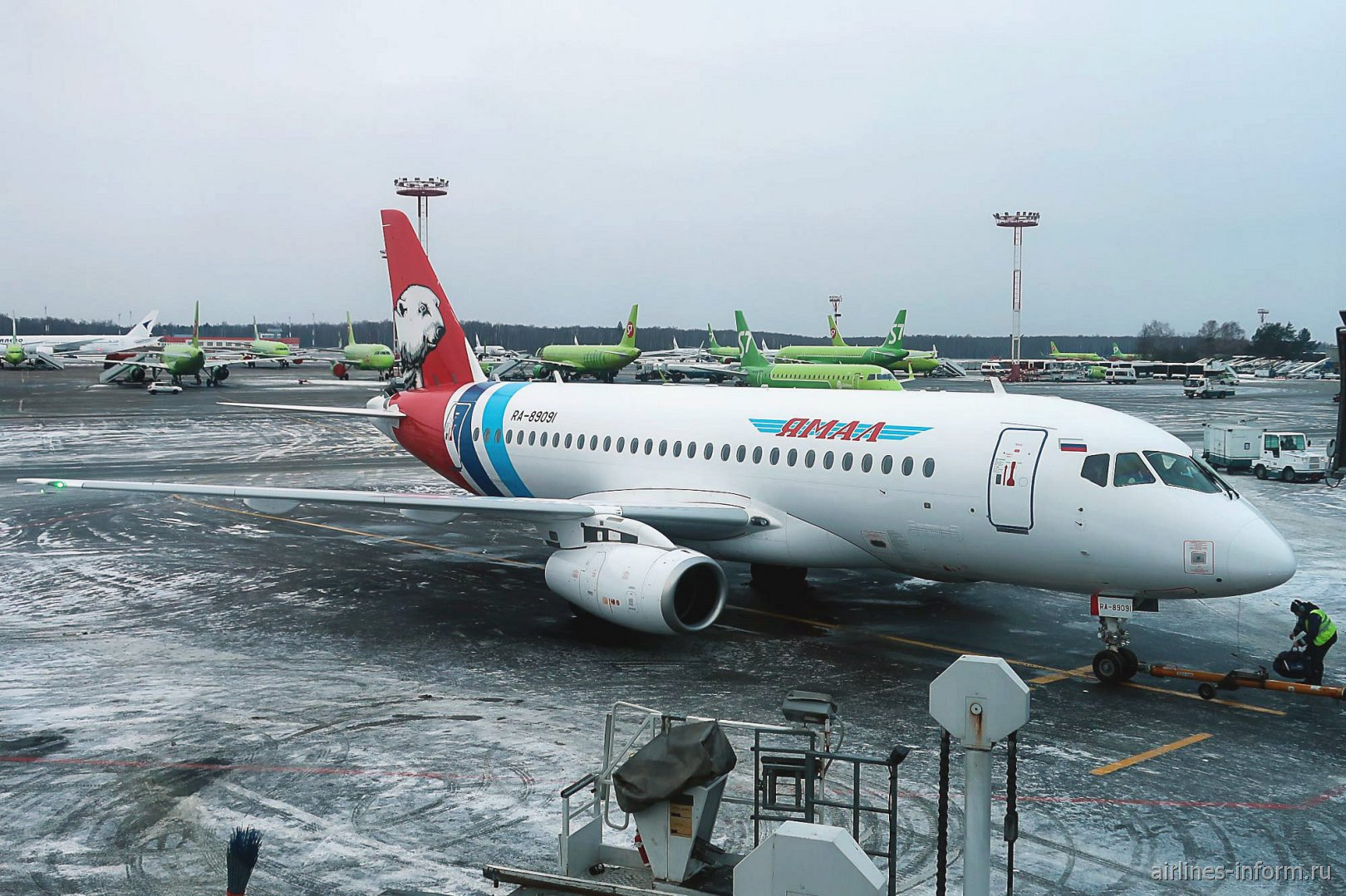 Самолет Сухой Суперджет-100 авиакомпании