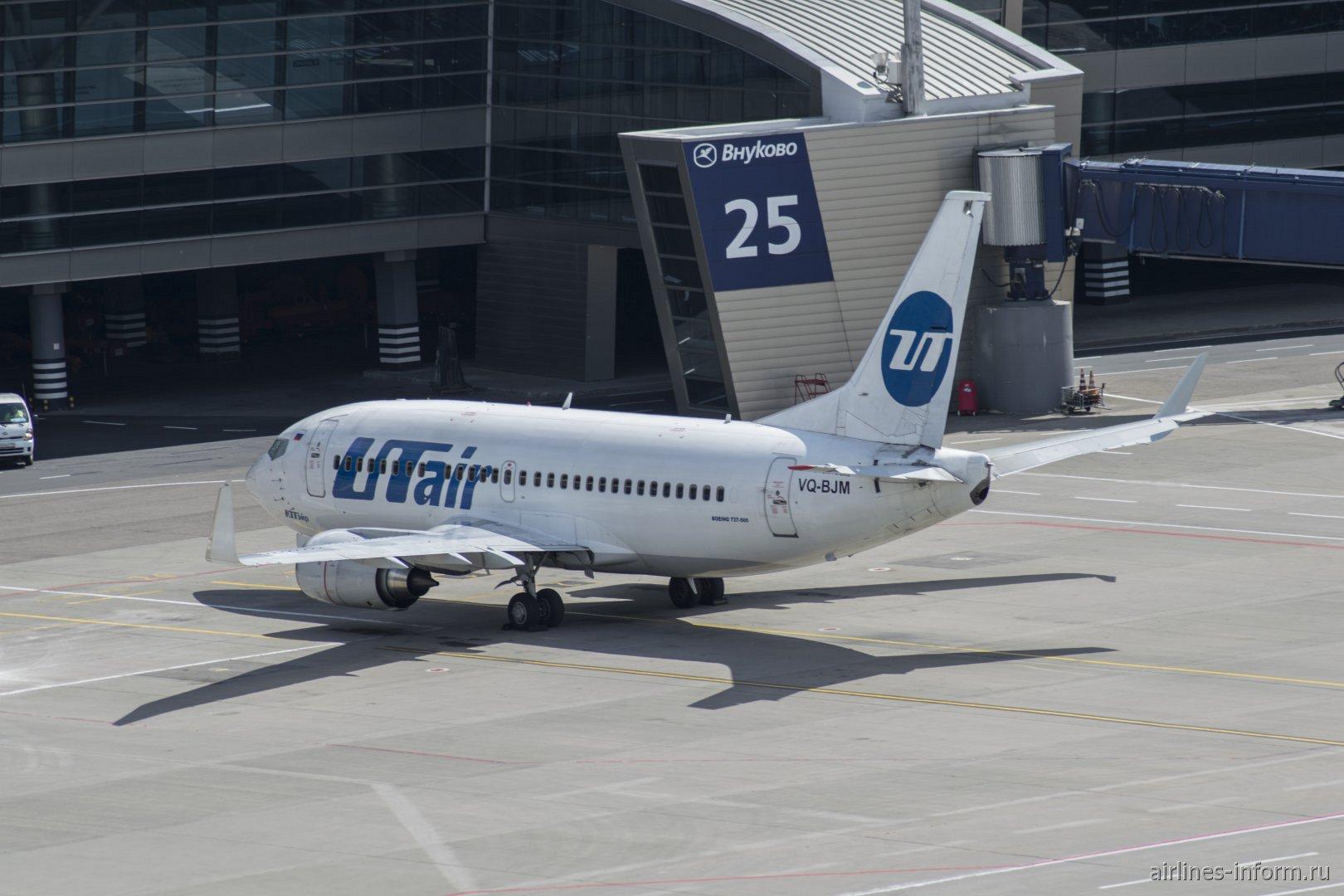 Боинг-737-500 VQ-BJM авиакомпании UTair у пассажирского терминала аэропорта Внуково
