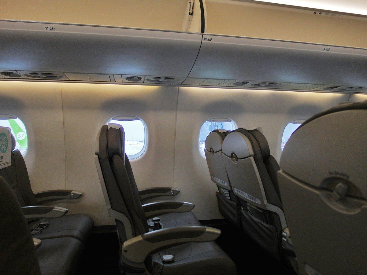 Пассажирский салон самолета Embraer 170 авиакомпании S7 Airlines
