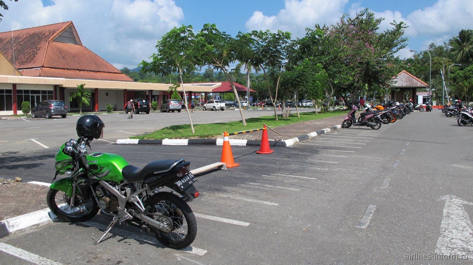 Парковка авто и мототранспорта в аэропорту Паттимура