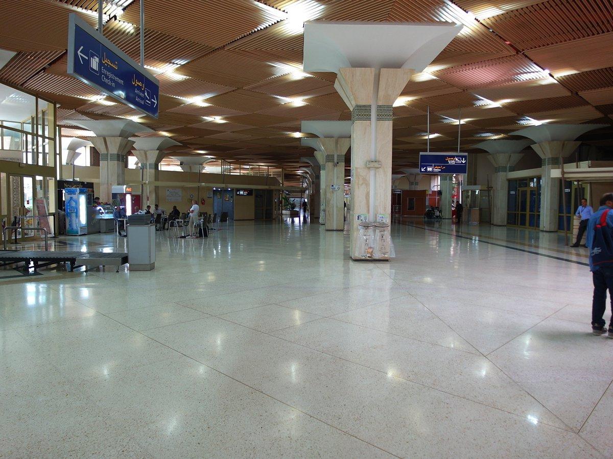 Вход и зона прилета в левой части терминала аэропорта Агадир Аль-Массира