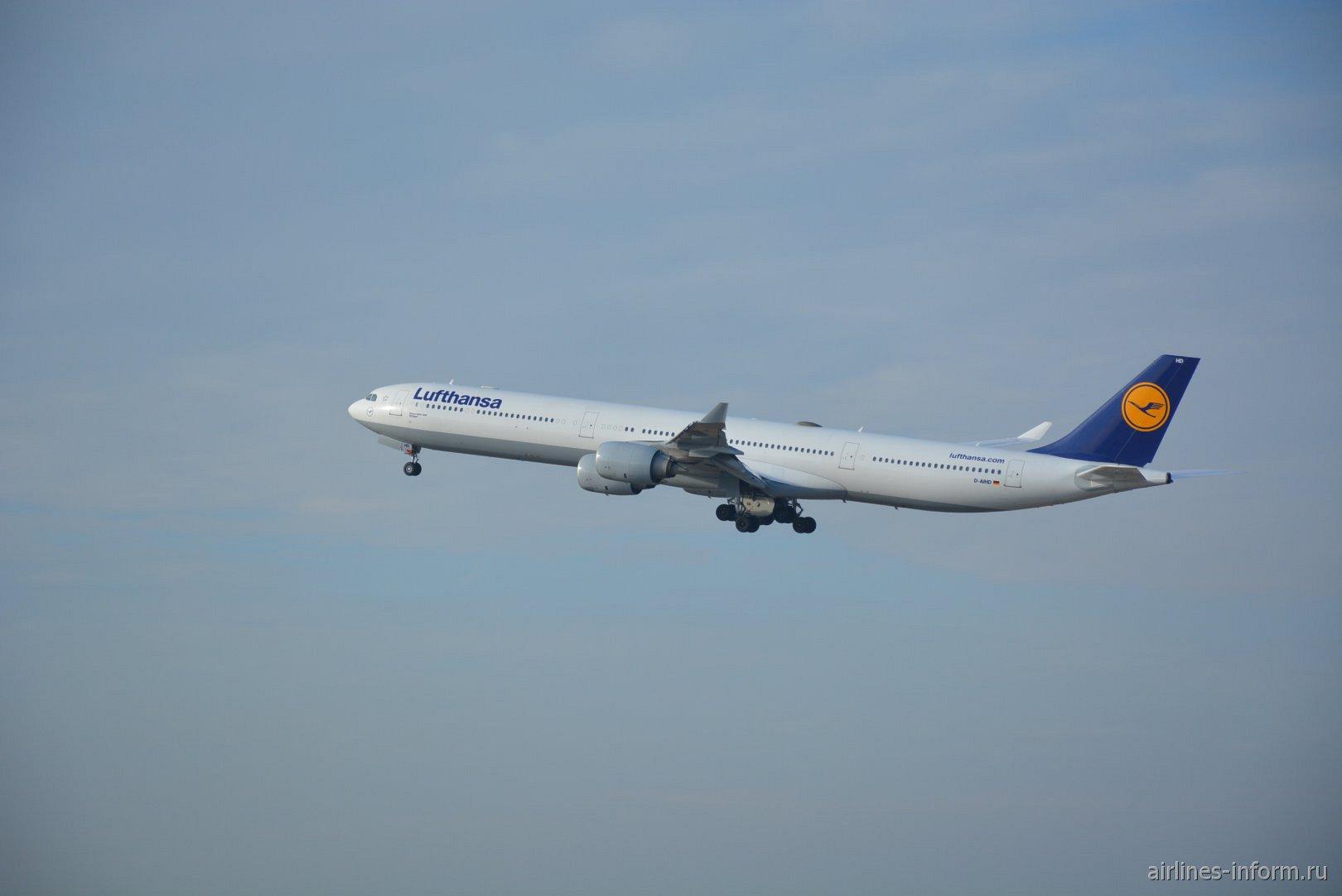 Взлет самолета Airbus A340-600 авиакомпании