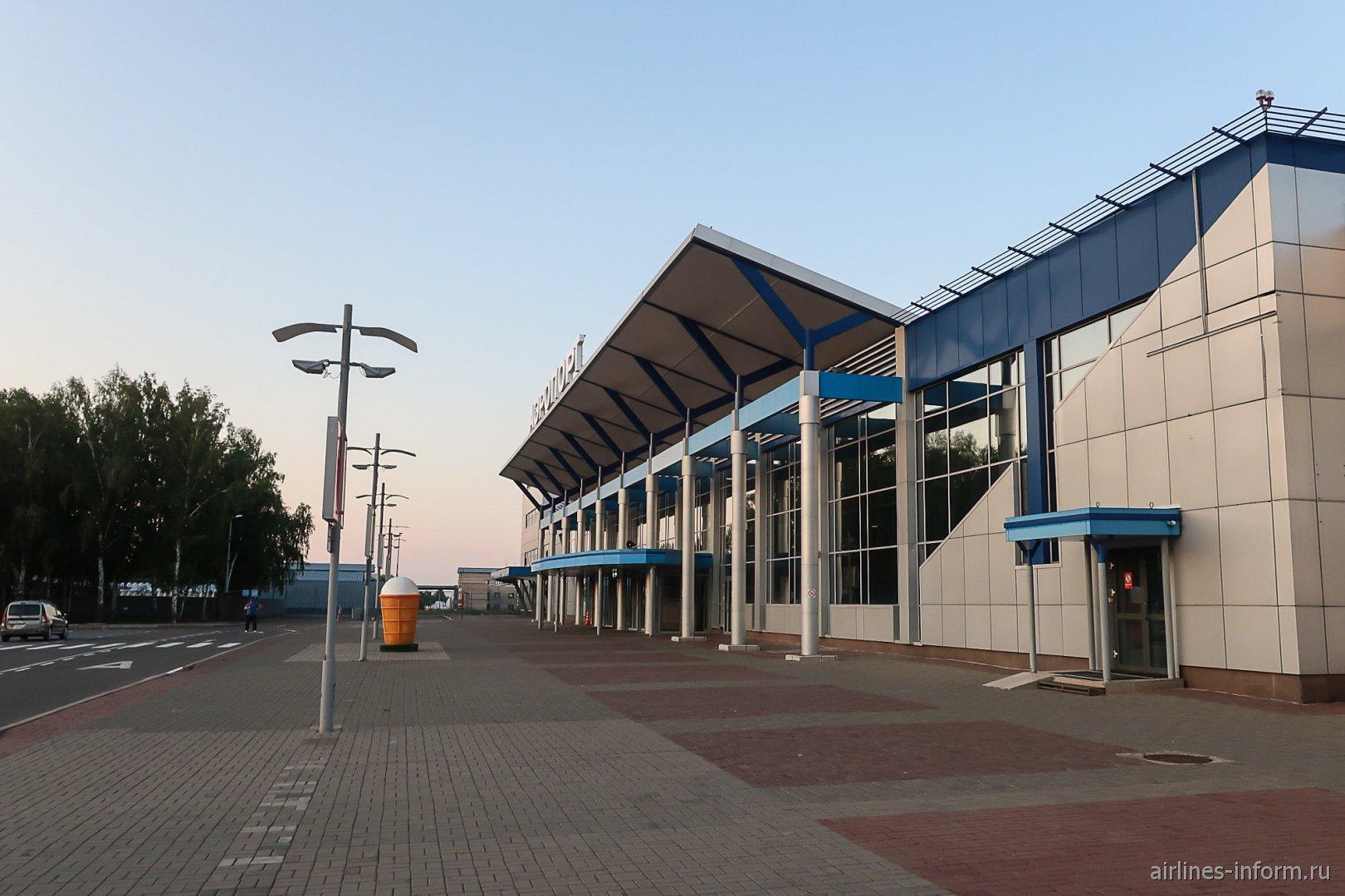 Вход в аэровокзал аэропорта Томск