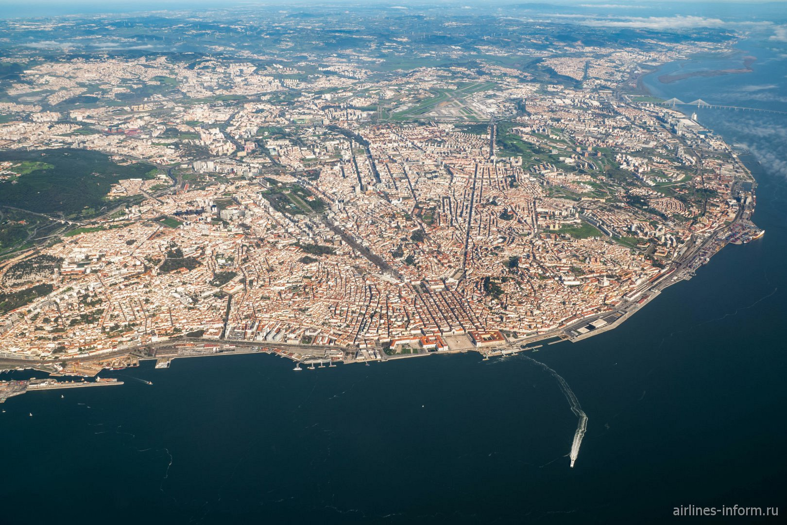 Вид на город Лиссабон - столицу Португалии