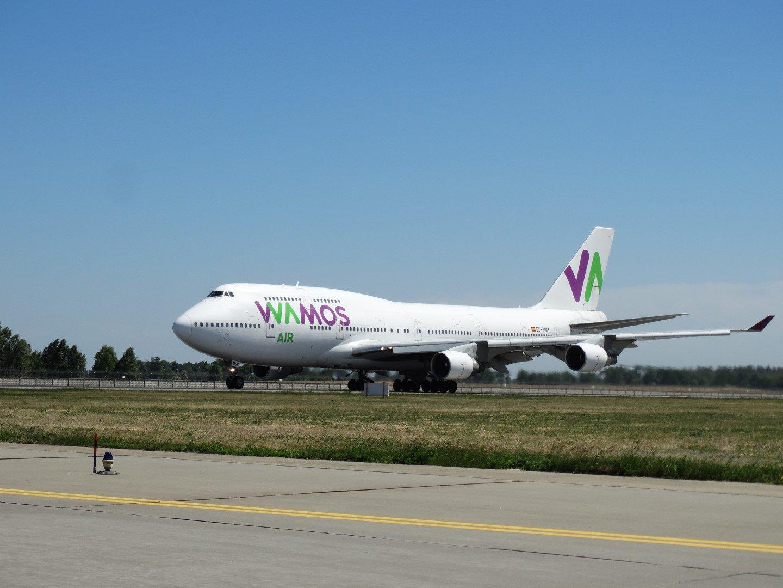 Взлет авиалайнера Boeing 747-400 авиакомпании Wamos Air