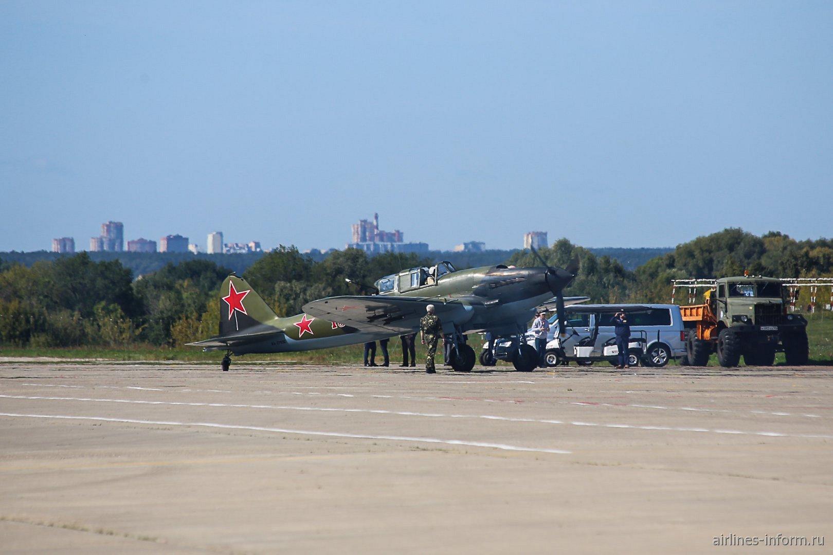 Обслуживание самолета Ил-2 на аэродроме Жуковский во время авиасалона МАКС-2019