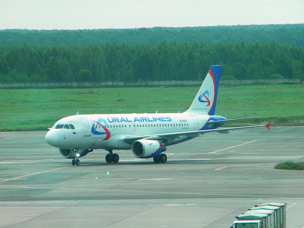 Airbus A319 VQ-BTP Уральских авиалиний в аэропорту Домодедово