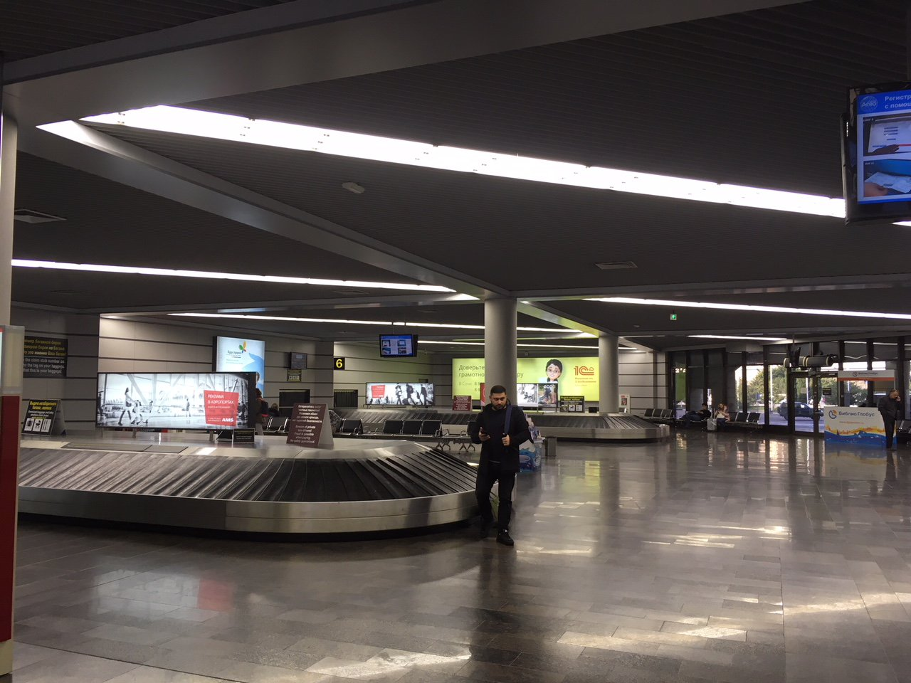 Зал выдачи багажа в аэропорту Сочи