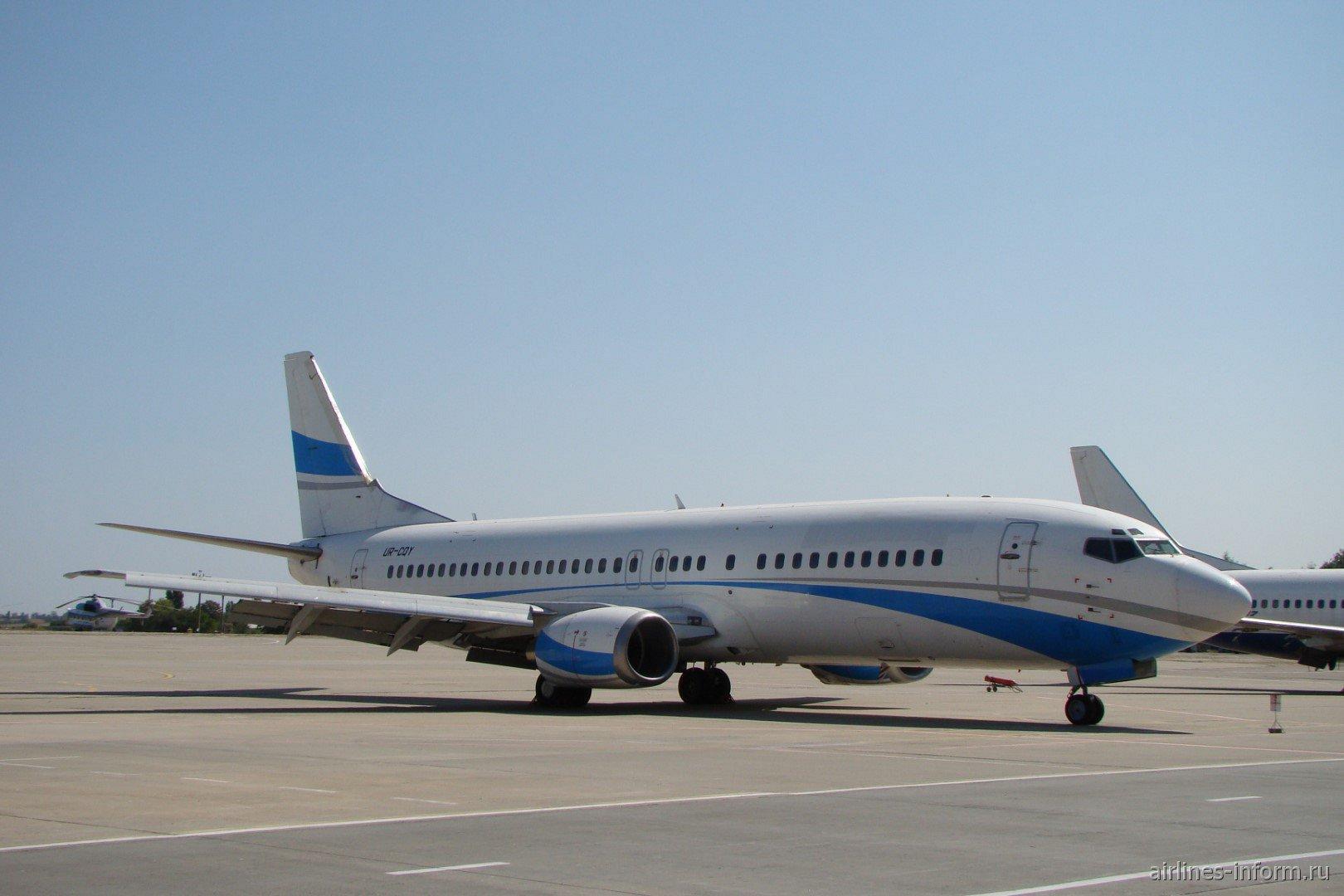 Самолет Boeing 737-400 UR-CQY авиакомпании Jonika в аэропорту Харькова