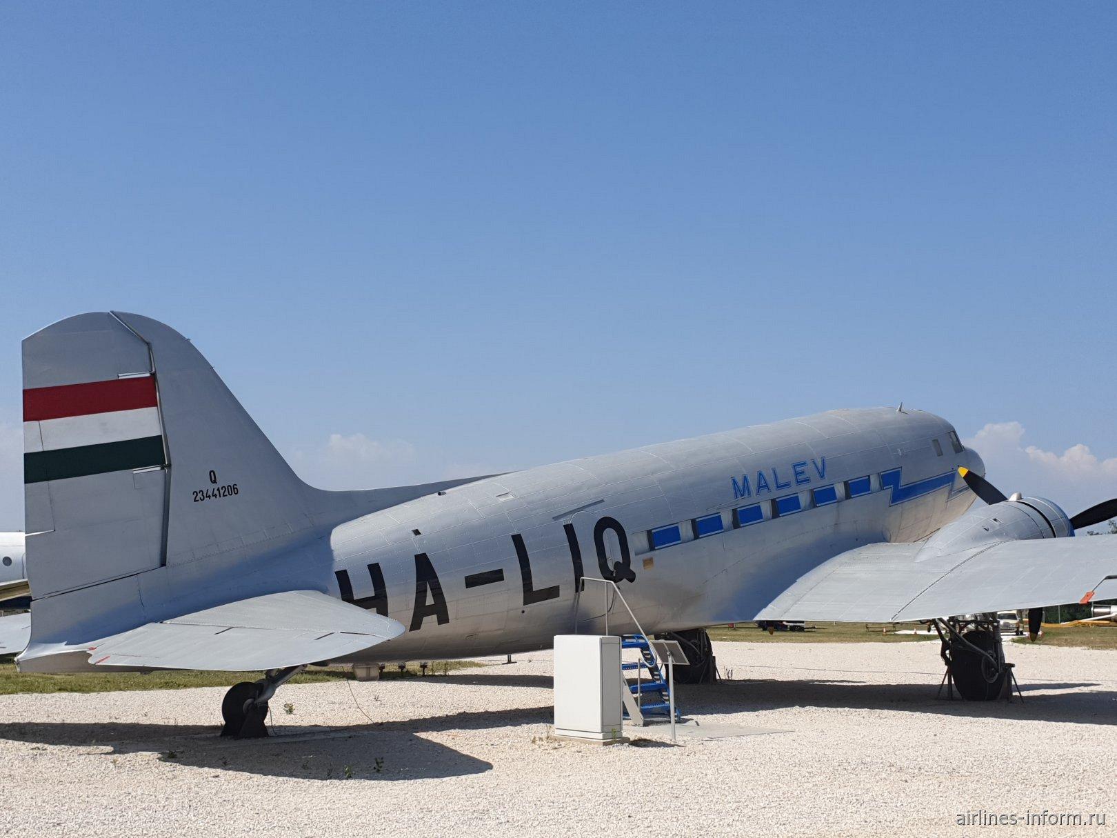 Самолет Ли-2 HA-LIQ авиакомпании Malev в авиационном музее в аэропорту Будапешта