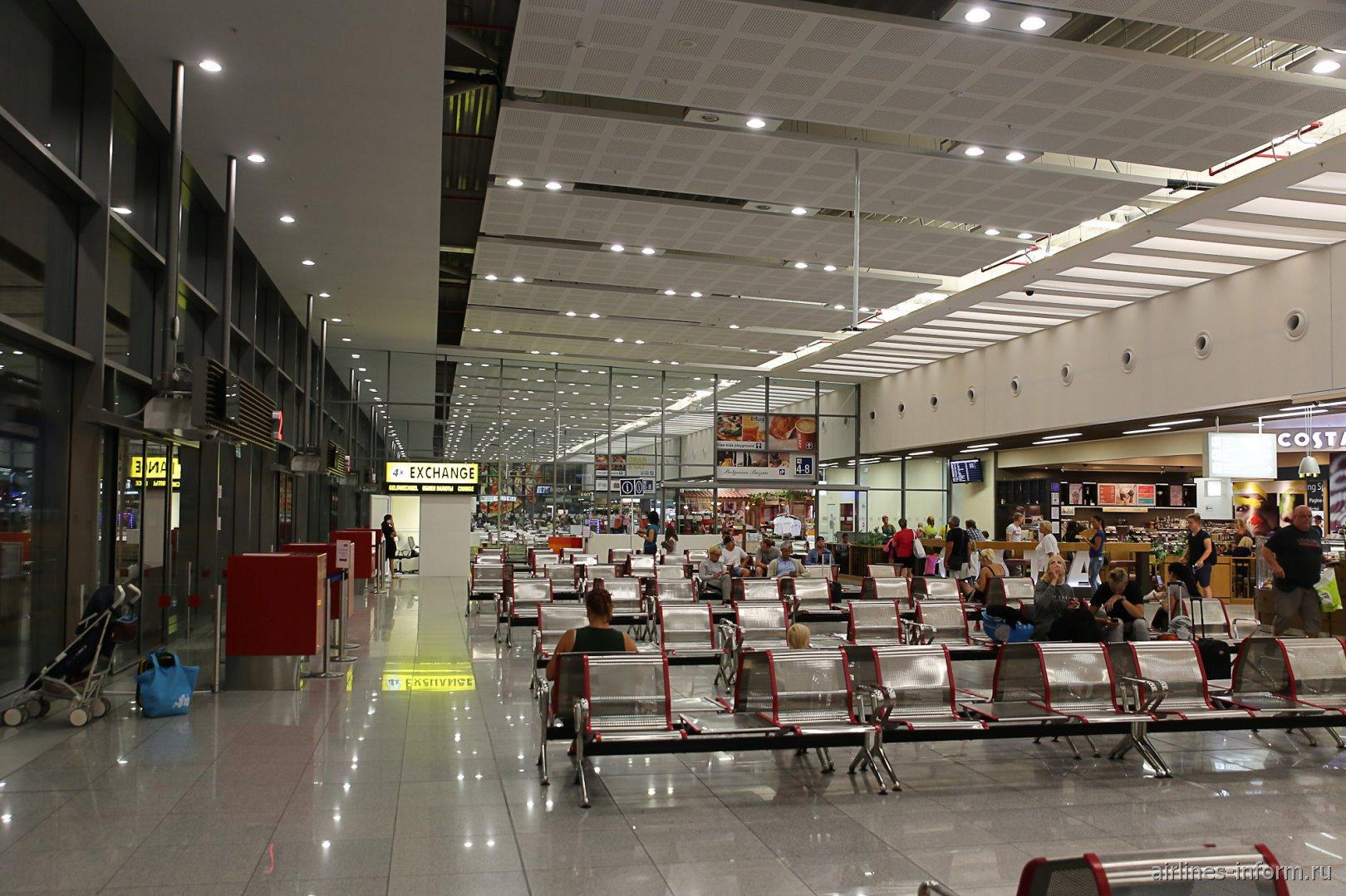В чистой зоне вылета аэропорта Бургас