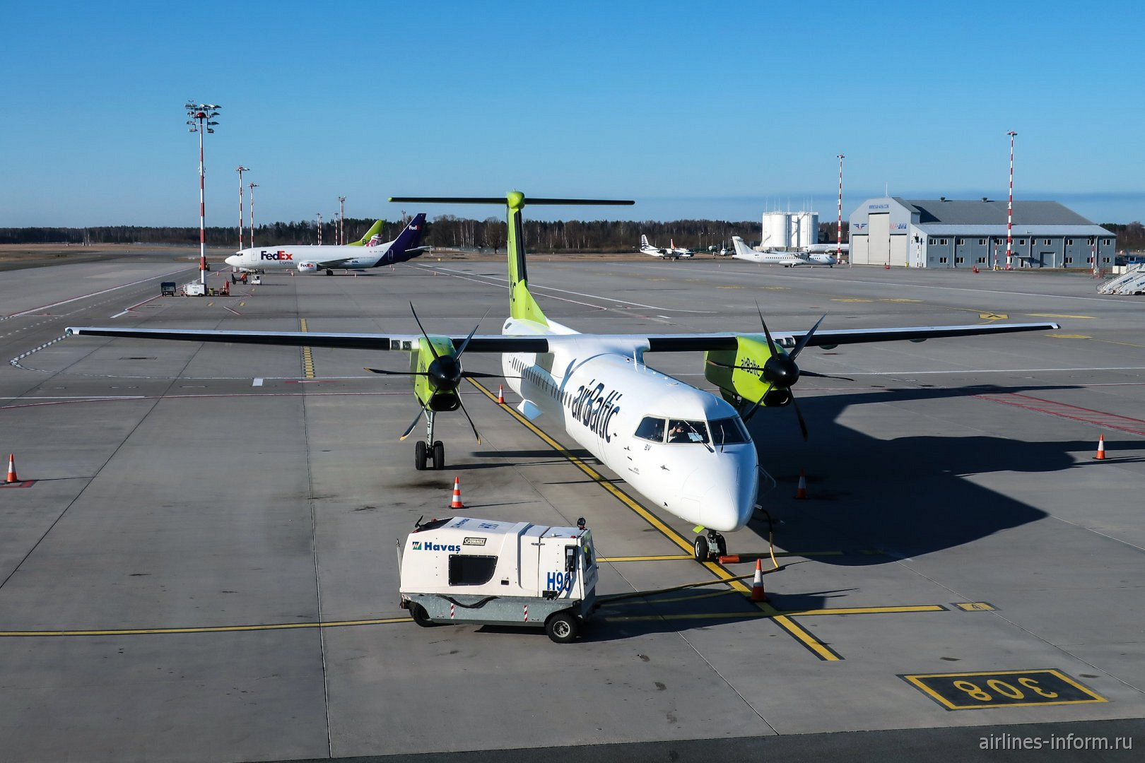 Самолет Bombardier Dash 8 Q400 авиакомпании airBaltic в аэропорту Рига