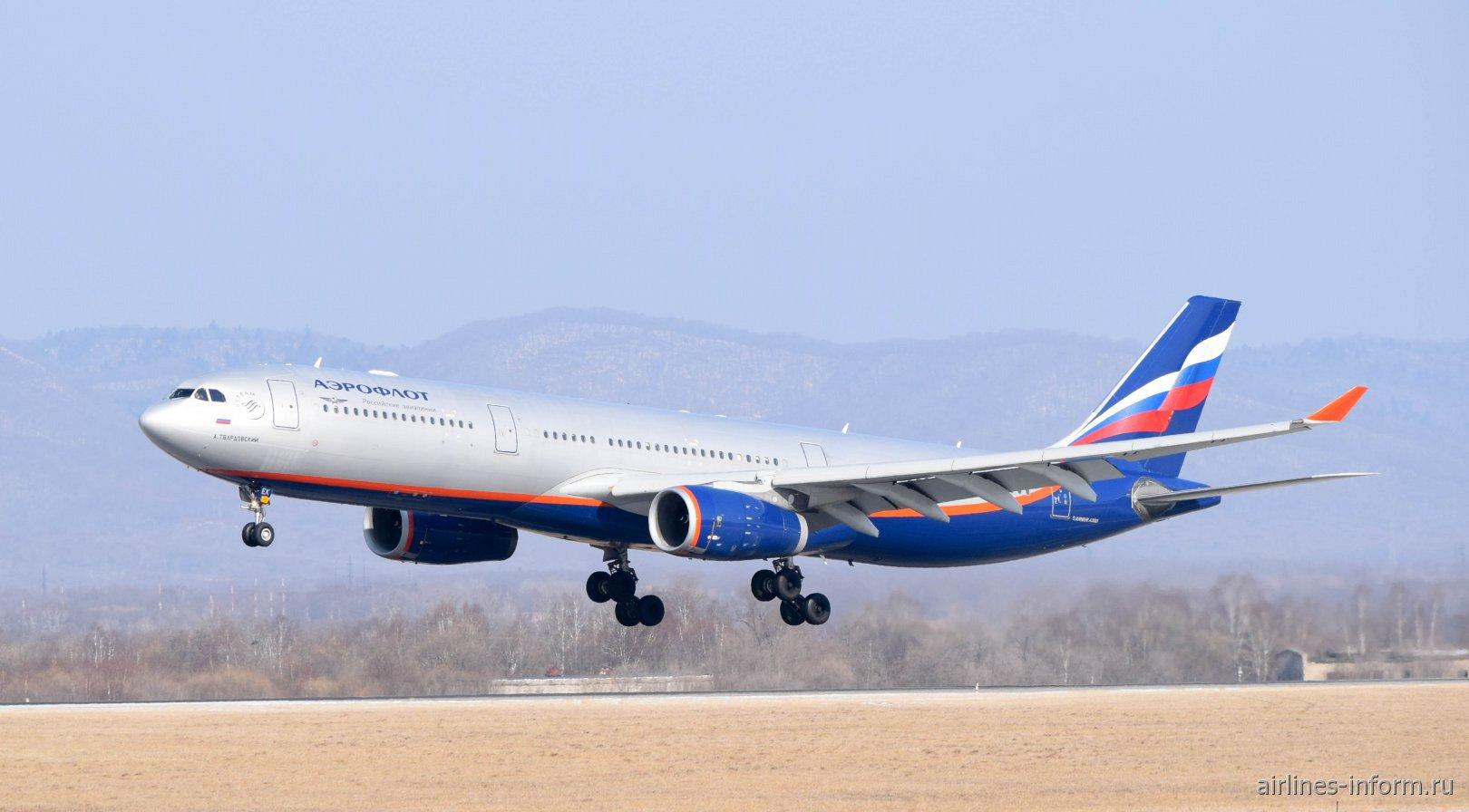 Авиалайнер Airbus A330-300 Аэрофлота садится в аэропорту Владивостока