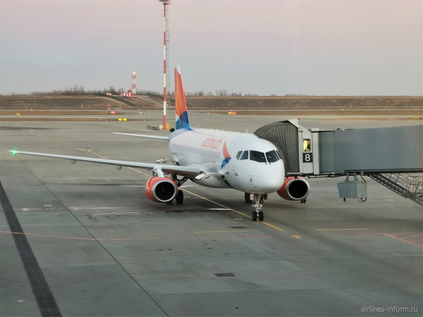 Авиалайнер Суперджет-100 авиакомпании