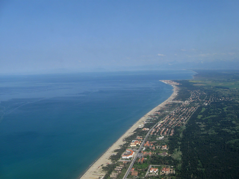 Побережье Лигурийского моря перед посадкой в аэропорту Пиза Галилео Галилей
