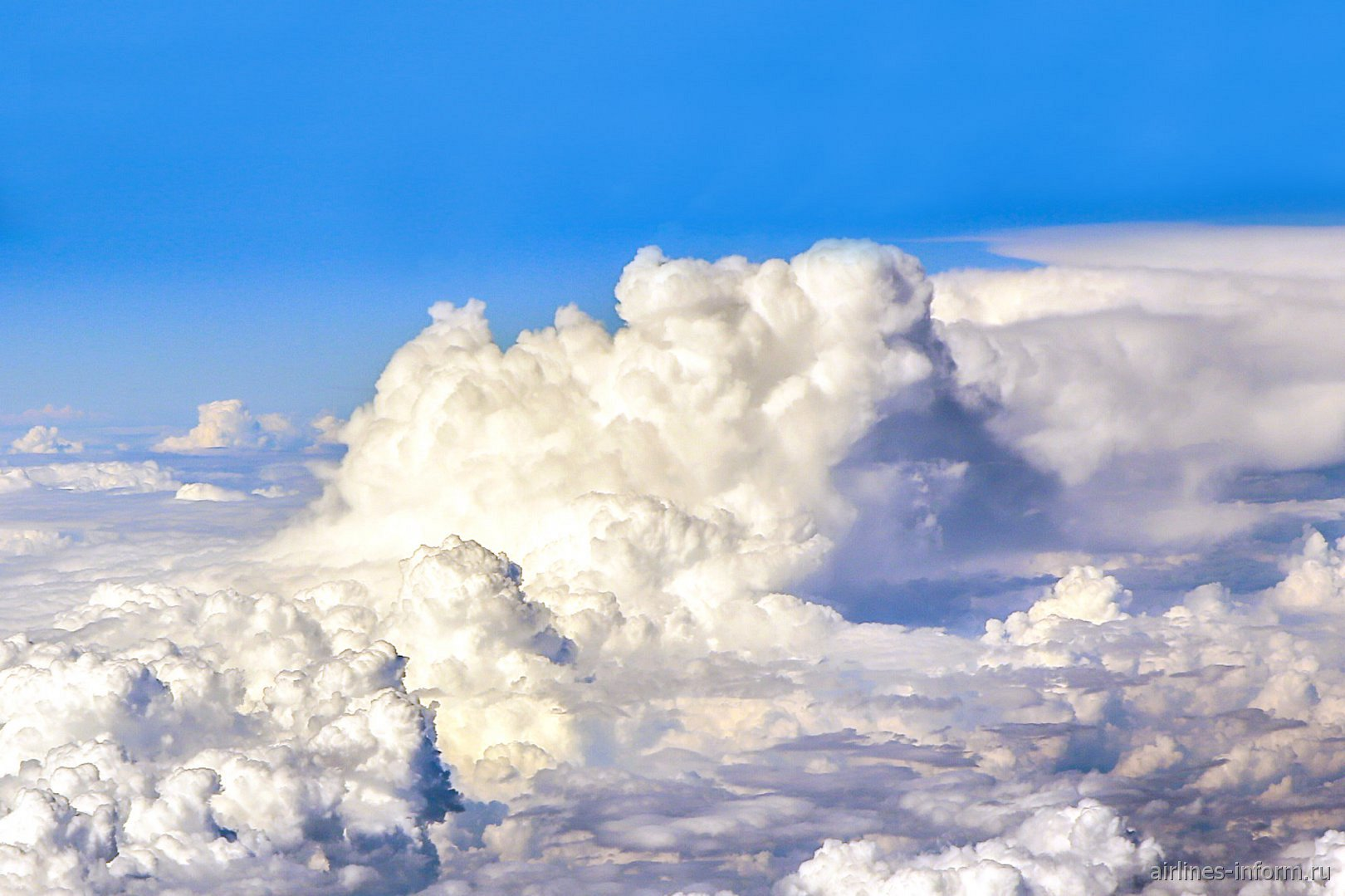 Большое облако при полете над Россией