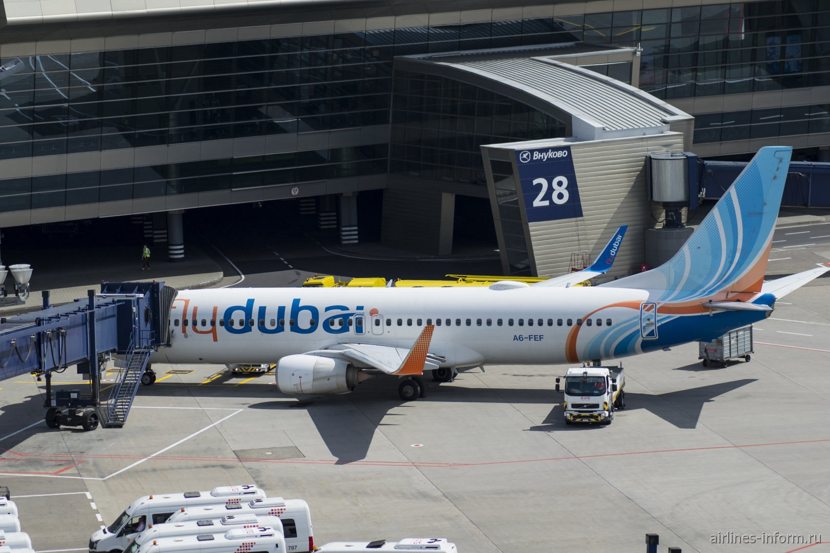 Боинг-737-800 A6-FEF авиакомпании Flydubai у телетрапа в аэропорту Внуково