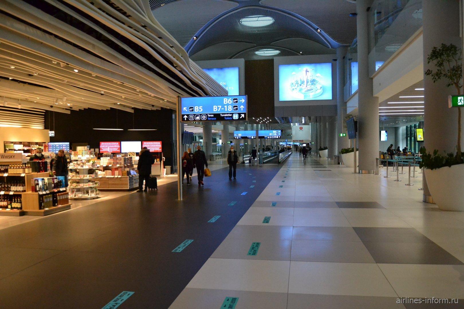 В конкорсе B пассажирского терминала аэропорта Стамбул Новый