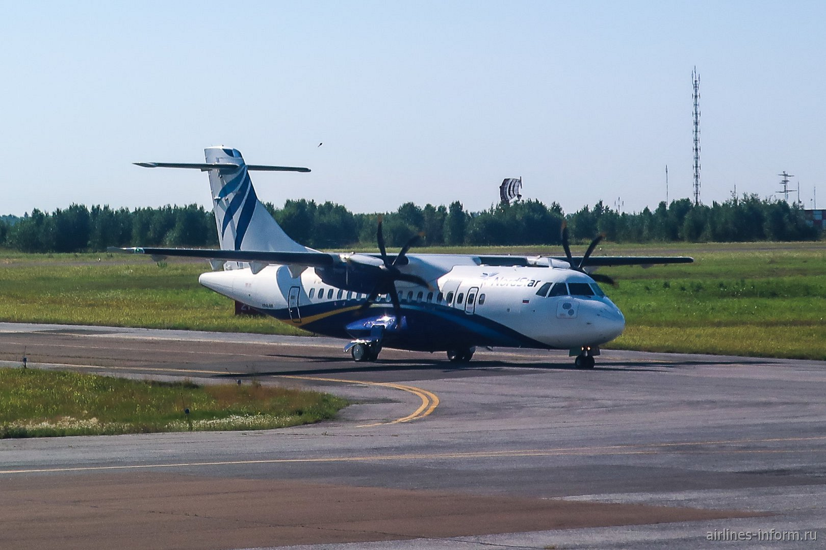 Самолет ATR 42 авиакомпании NordStar в аэропорту Томска