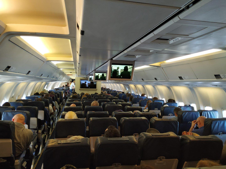 Пассажирский салон экономического класса в Боинге-767-300 Международных авиалиний Украины