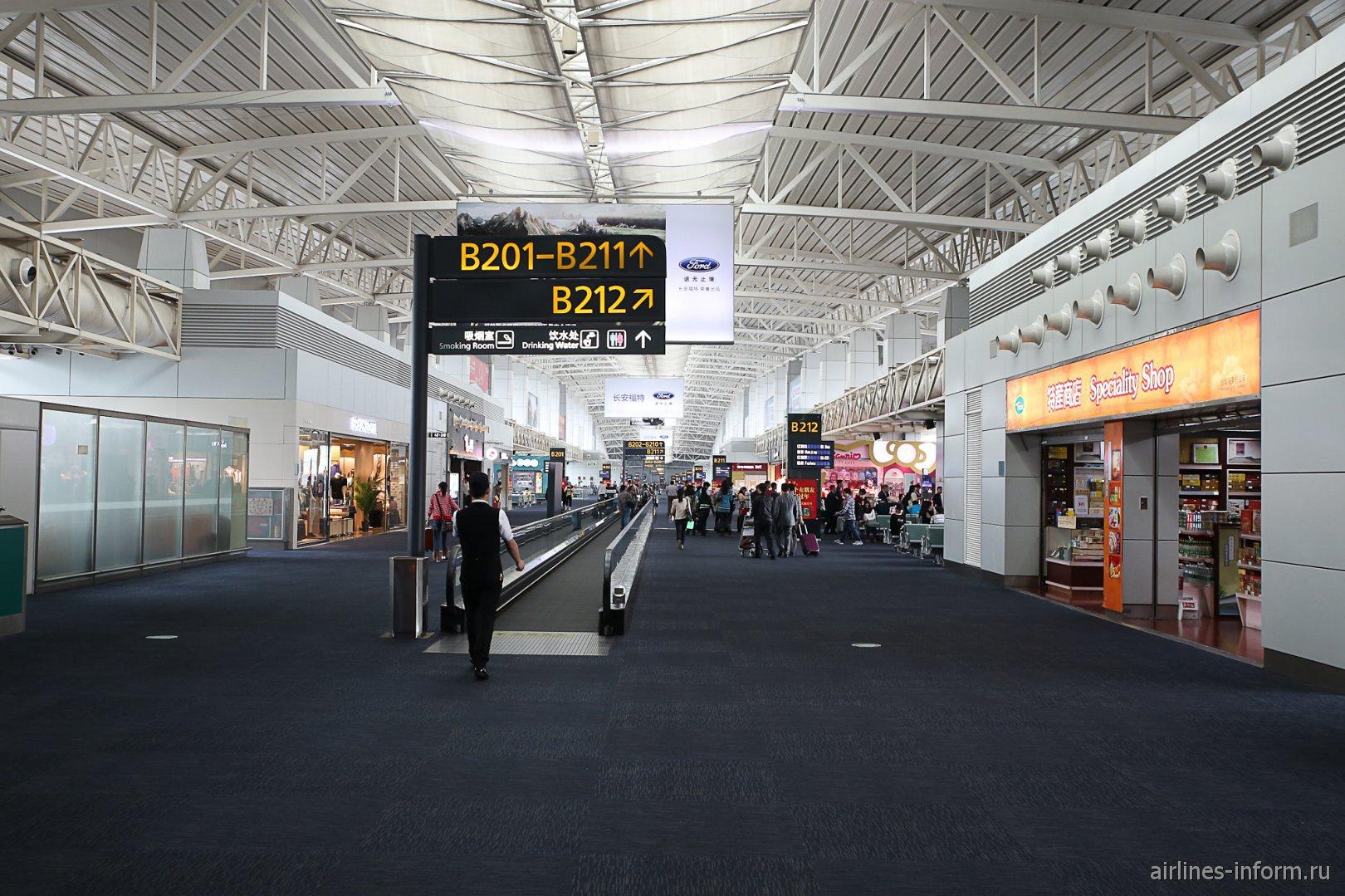 В чистой зоне внутренних вылетов аэропорта Гуанчжоу Байюнь