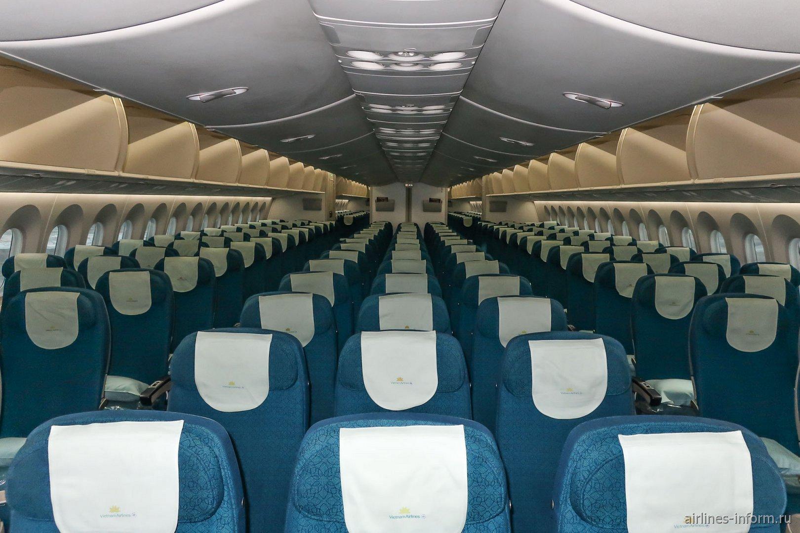 Пассажирский салон экономического класса в Боинге-787-9 Вьетнамских авиалиний