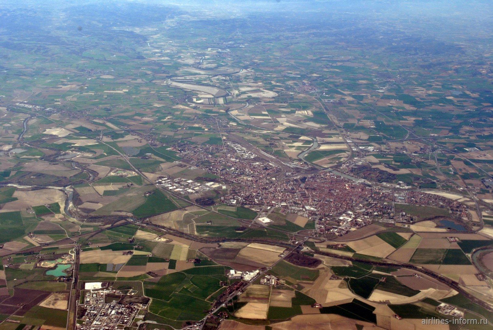 Город Алессандрия на реке Танаро на севере Италии