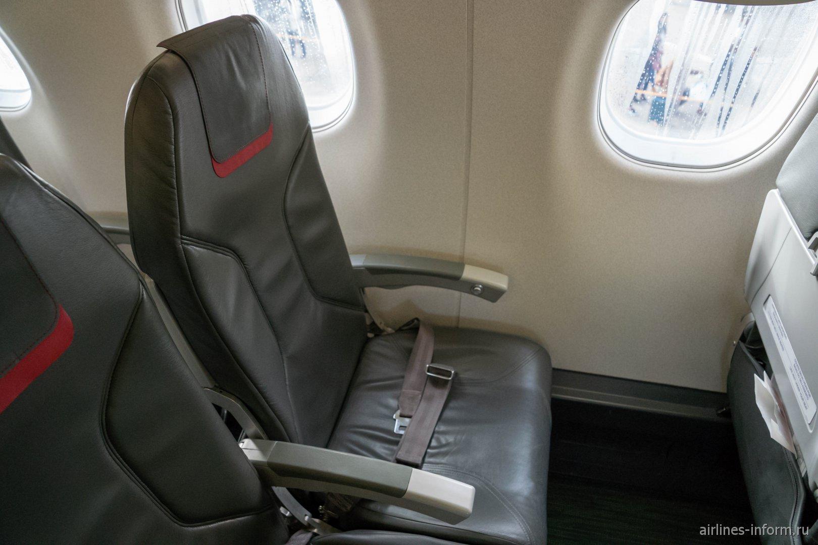 Пассажирское кресло в самолете Embraer 190 авиакомпании TAP Express