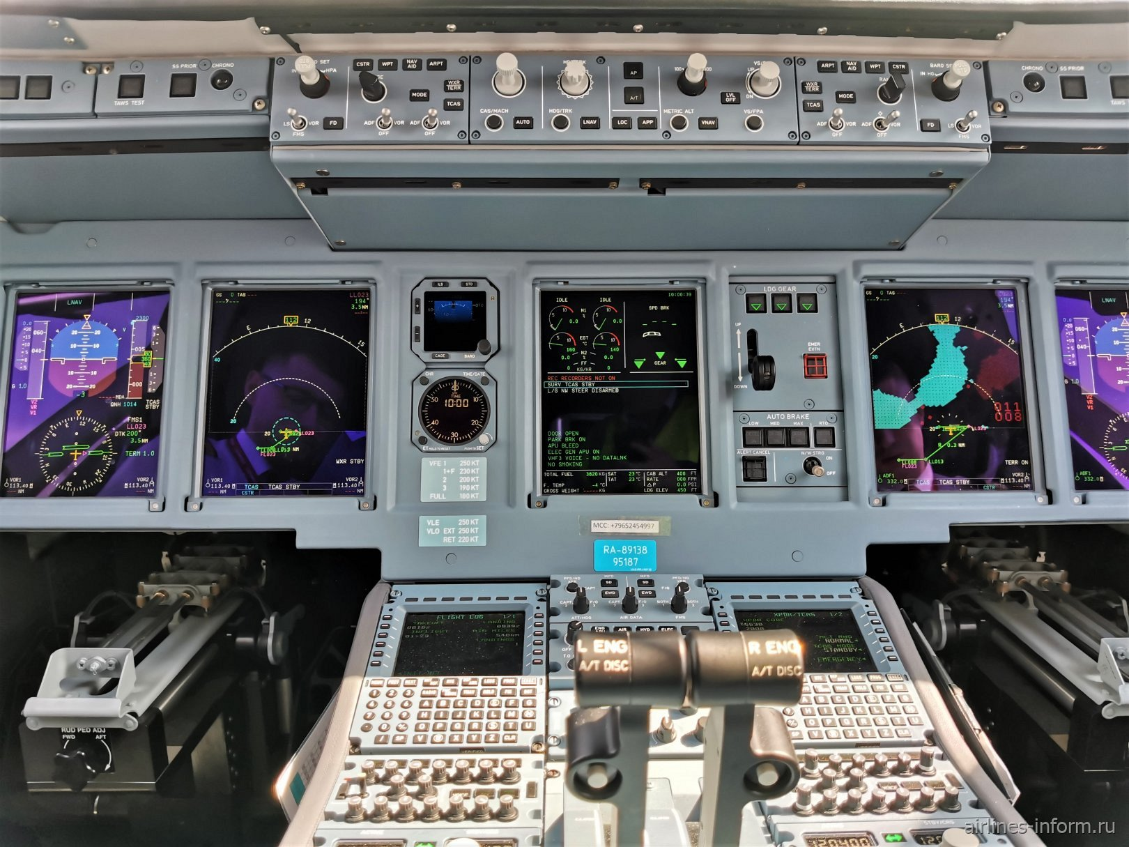 Приборная панель в авиалайнере Сухой Суперджет-100