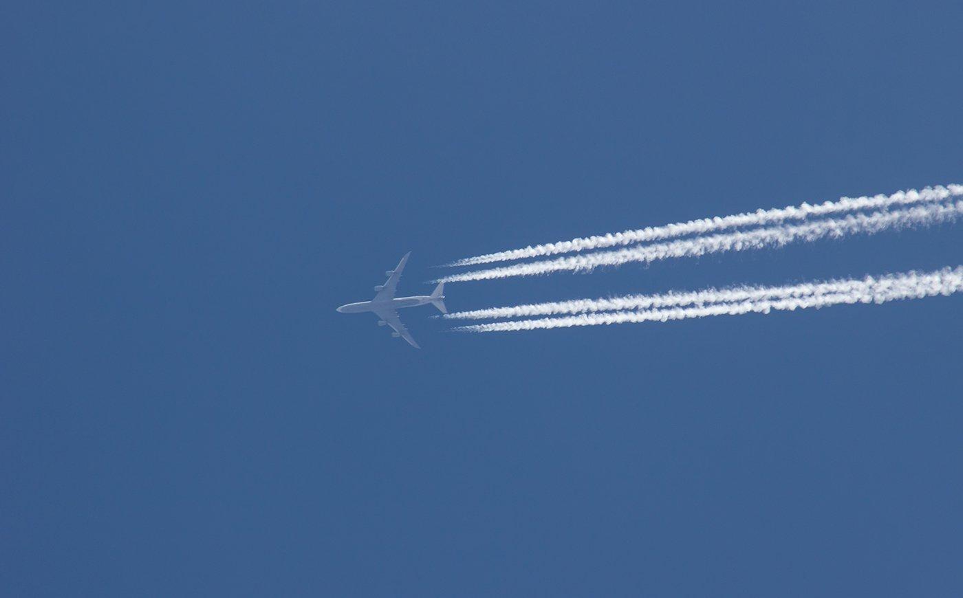 Boeing 747-8 авиакомпании Lufthansa в небе над Иркутском
