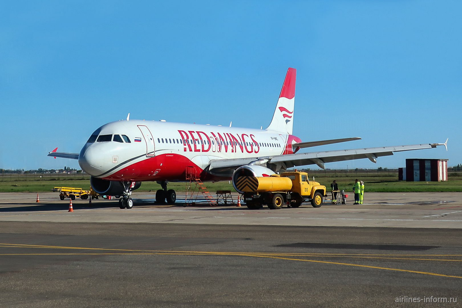 Самолет Airbus A320 авиакомпании Red Wings в аэропорту Краснодара
