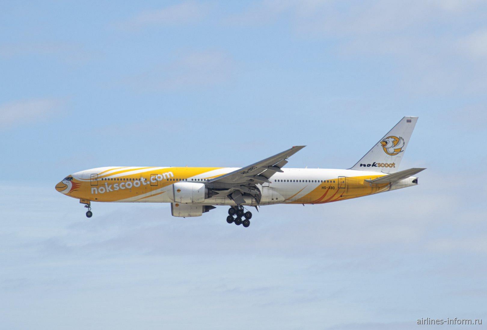 Самолет Боинг-777-200 авиакомпании NokScoot в аэропорту Токио Нарита