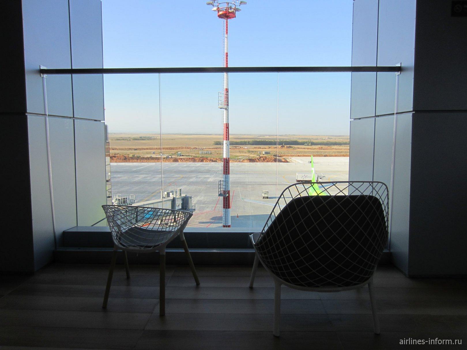Кресла на террасе с видом на перрон в аэропорту Симферополь