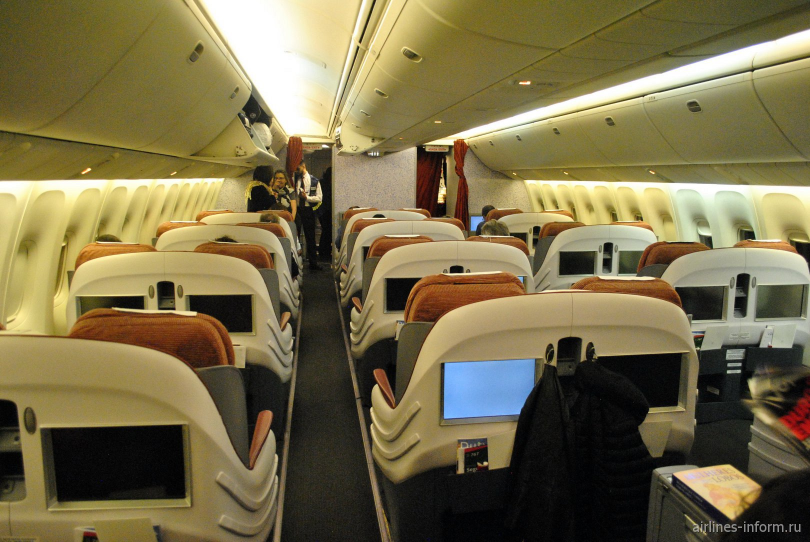 Салон бизнес-класса в Боинге-767-300 авиакомпании LATAM Brasil