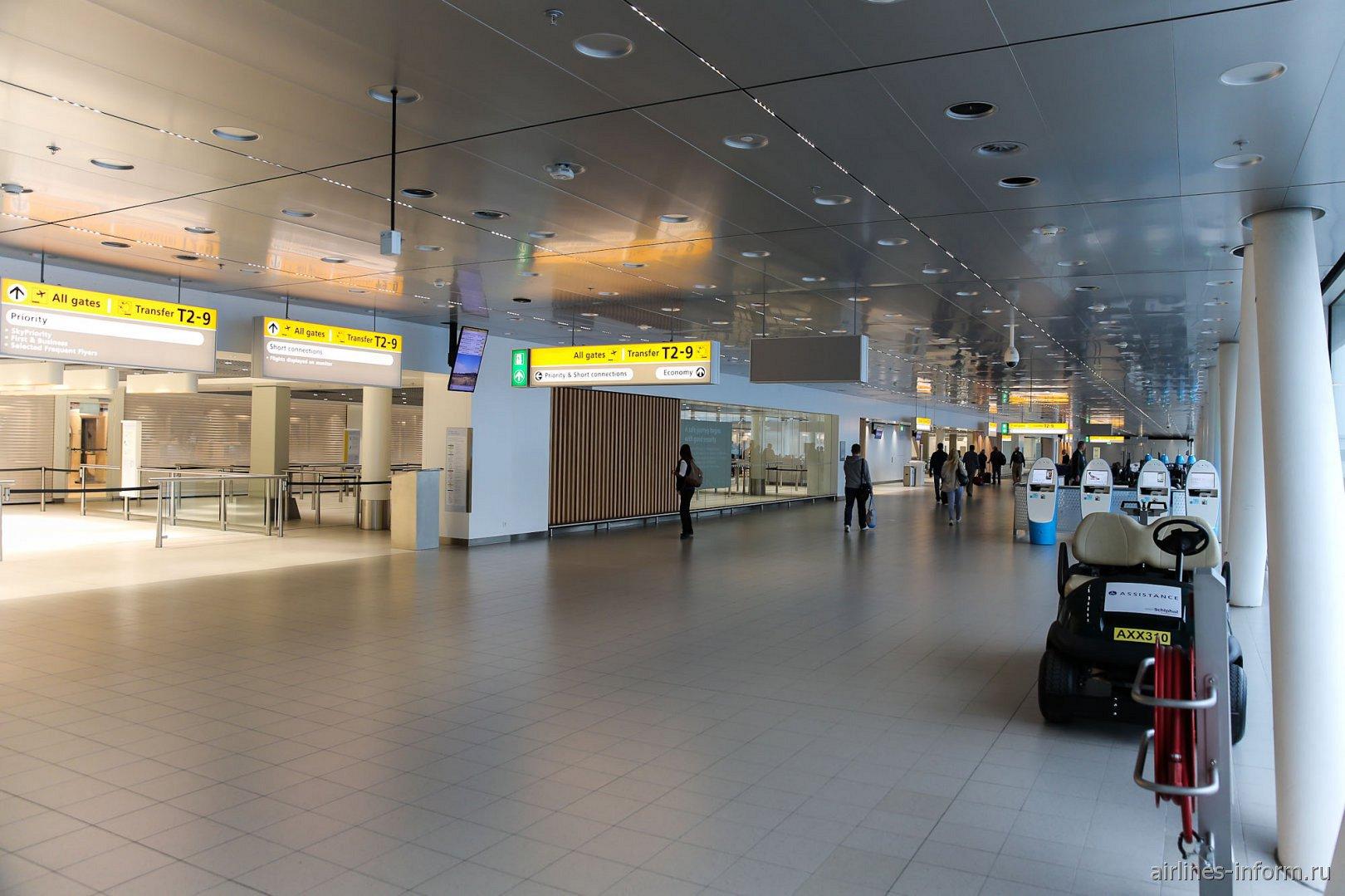 Переход в чистой зоне аэропорта Амстердам Схипхол