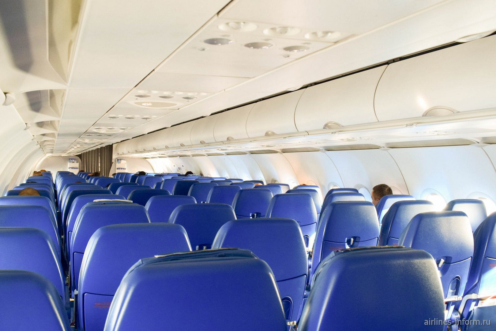 Пассажирский салон самолета Airbus A320 авиакомпании