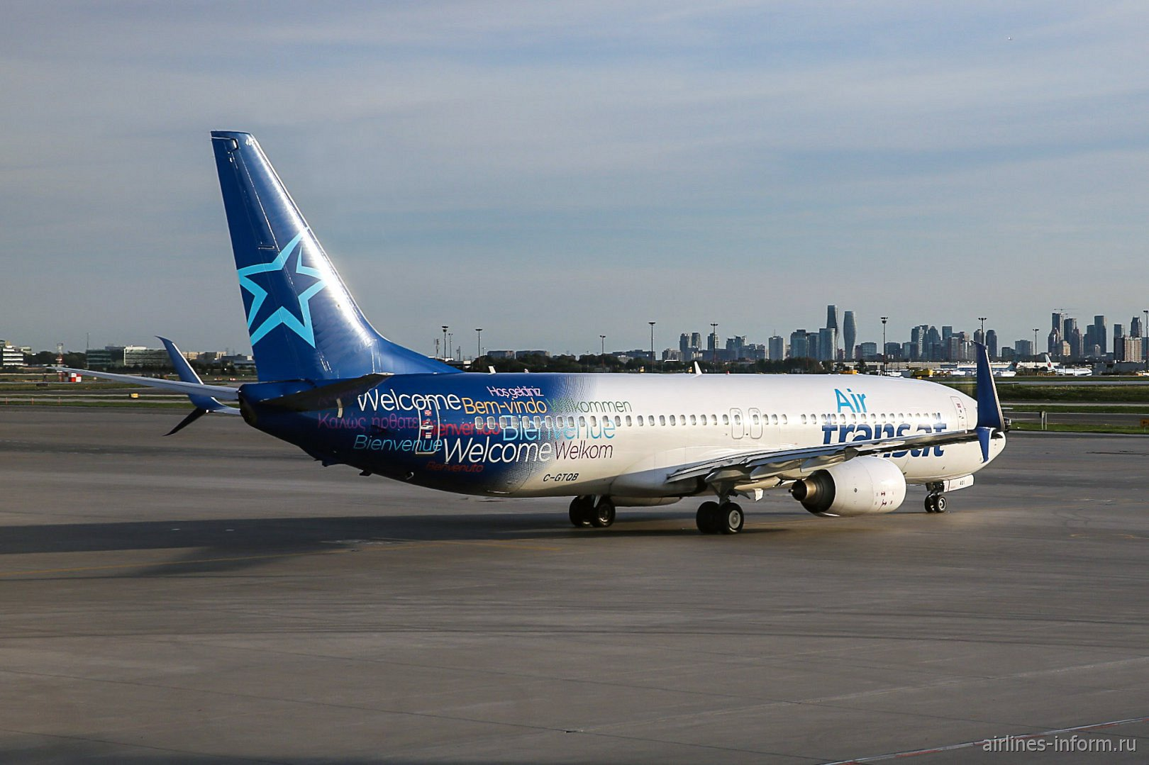 Боинг-737-800 авиакомпании Air Transat в аэропорту Торонто Пирсон