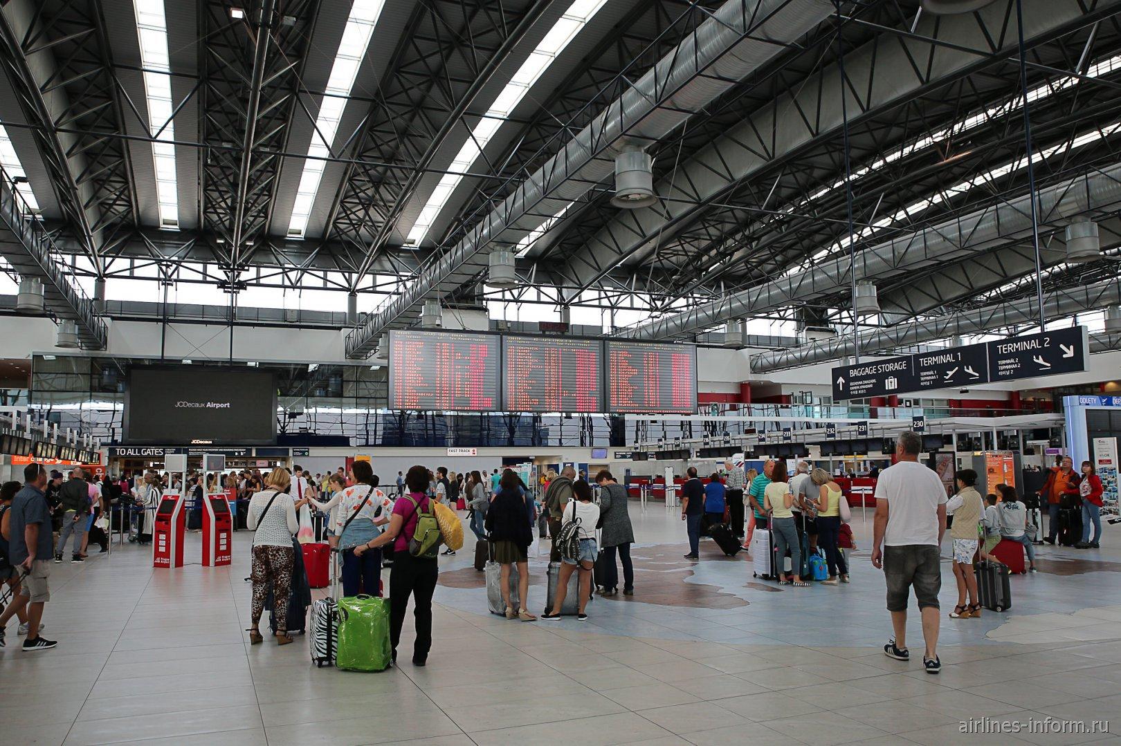 Зона регистрации в терминале 2 аэропорта Праги