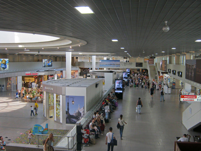 В чистой зоне аэропорта Санкт-Петербург Пулково